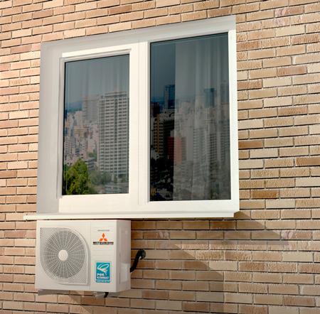 Внешний блок сплит-системы расположен под окном. Вариант 3.